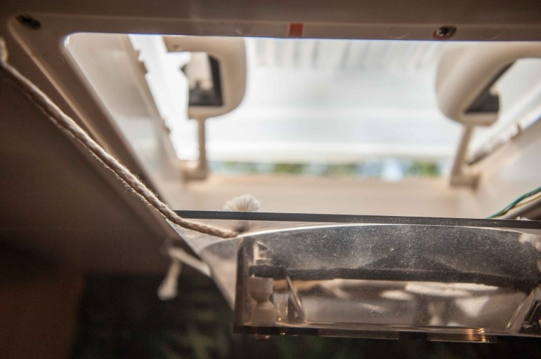 DIY selbstgebauter Lüfter für die Dachluke in der Wohnwagen Toilette mit Makramee Garn