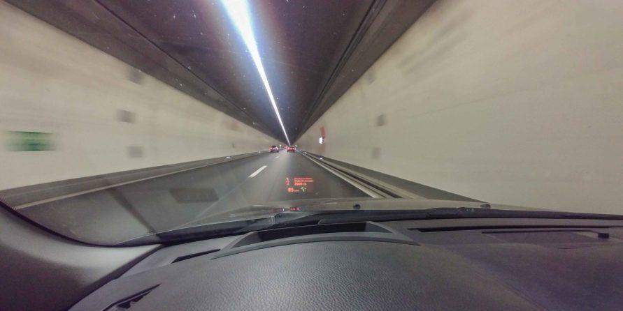 Blick aus dem PKW im Schweizer Tunnel mit HUD