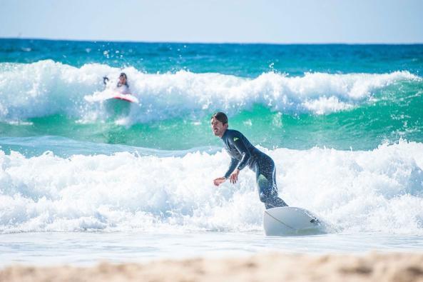 Surfer am Strand von Soorts-Hossegor in der Welle beim rechts Turn