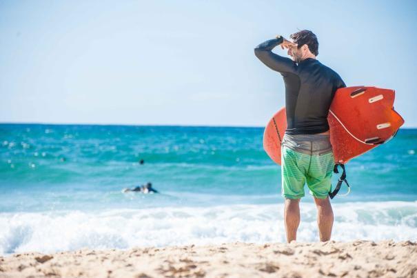Surfer am Atlantik Strand von Soorts-Hossegor guckt nach Wellen