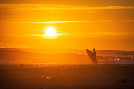 Surfen am Strand vor Sonnenuntergang in Moliets-Plage