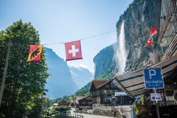 Ortseingang von Lauterbrunn Schweiz mit Eiger, Mönch und Jungfrau Massiv und Wasserfall