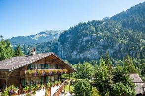 Campingplatz Jungfrau Holiday Park Schweiz Wohnhaus der Eigentümer mit im Hintergrund Grimdelwald