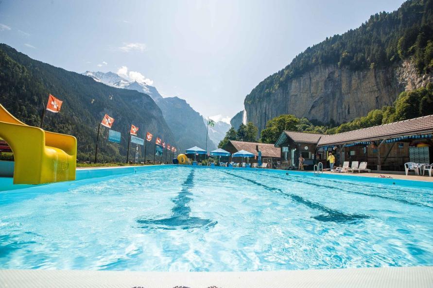 Schwimmbad in Lauterbrunnen Mit Eiger Mönch und Jungfrau im Hintergrund als Panorama