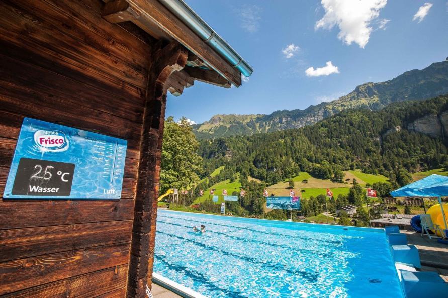 Schwimmbad in Lauterbrunnen mit Poolbereich und Panorama von Grindelwald