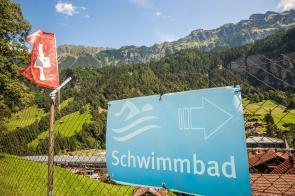 Schwimmbad in Lauterbrunnen mit Grindelwald im Hintergrund