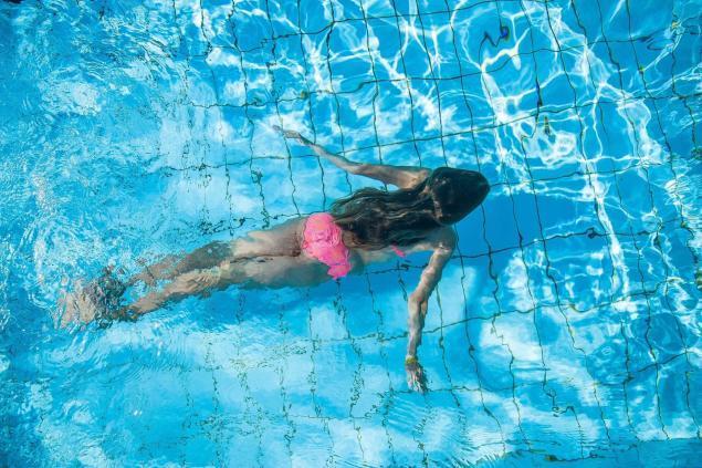 Kind unter Wasser beim Tauchen im Schwimmbad
