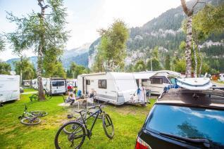 Campingplatz Jungfrau Holiday Park Schweiz Stellplatz mit Wohnwagen Surfboards und MTBs