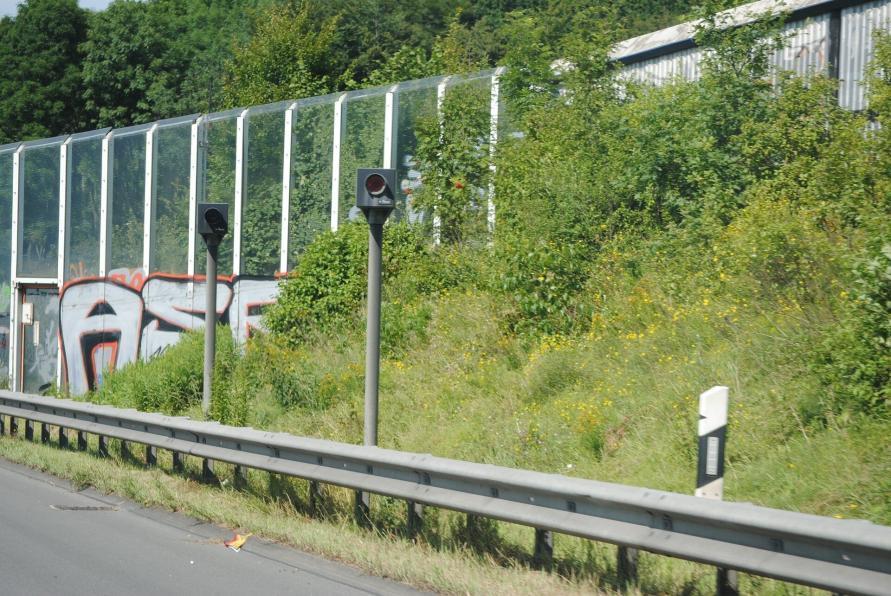 Geschwindigkeitskontrolle - fester Blitzer an der Schweizer Autobahn