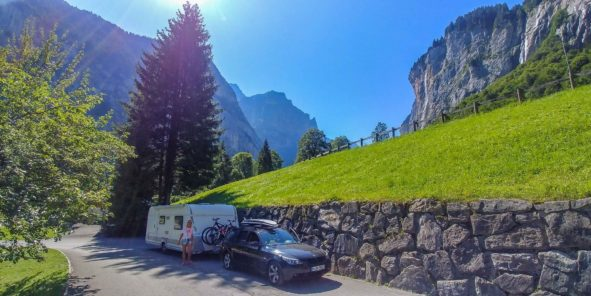 Abfahrt mit dem Wohnwwagen Gespann vom Campingplatz in Lauterbrunnen