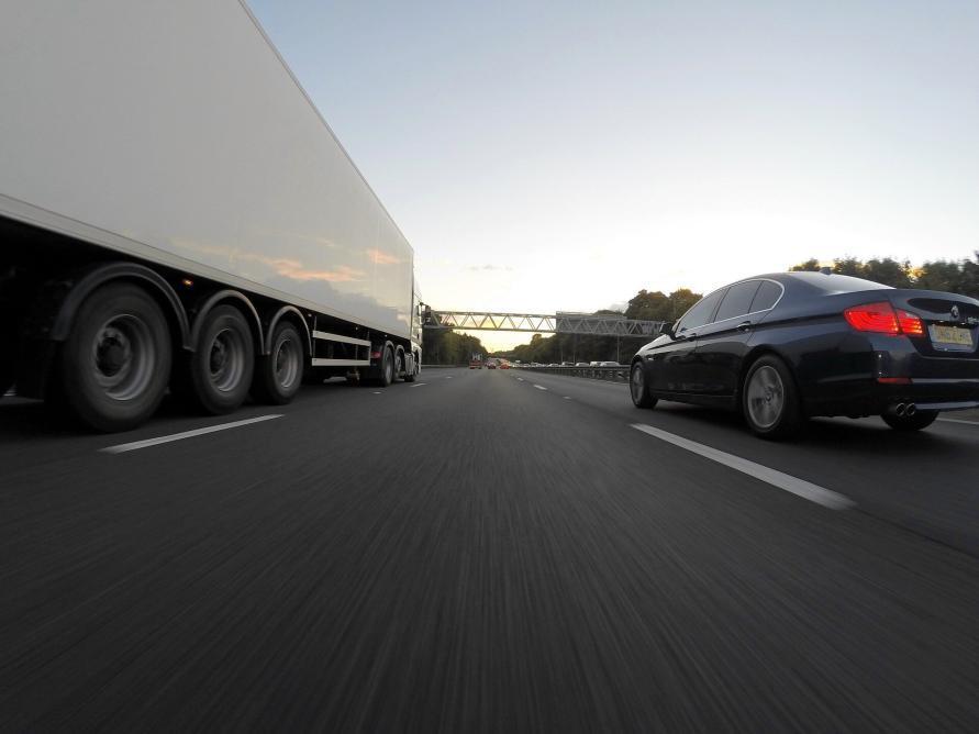 Front Kamera Sicht auf die Autobahn mit LKW links und PKW rechts