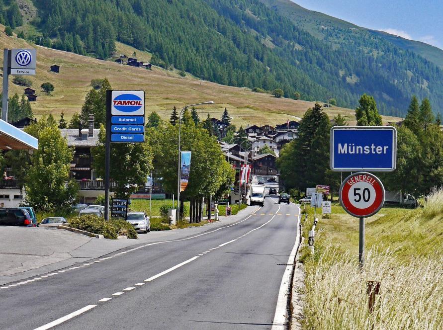 Tankstelle in der Schweiz am Ortseingang