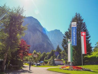 Campingplatz Jungfrau Holiday Park Schweiz Rondel mit diversen Fahnen