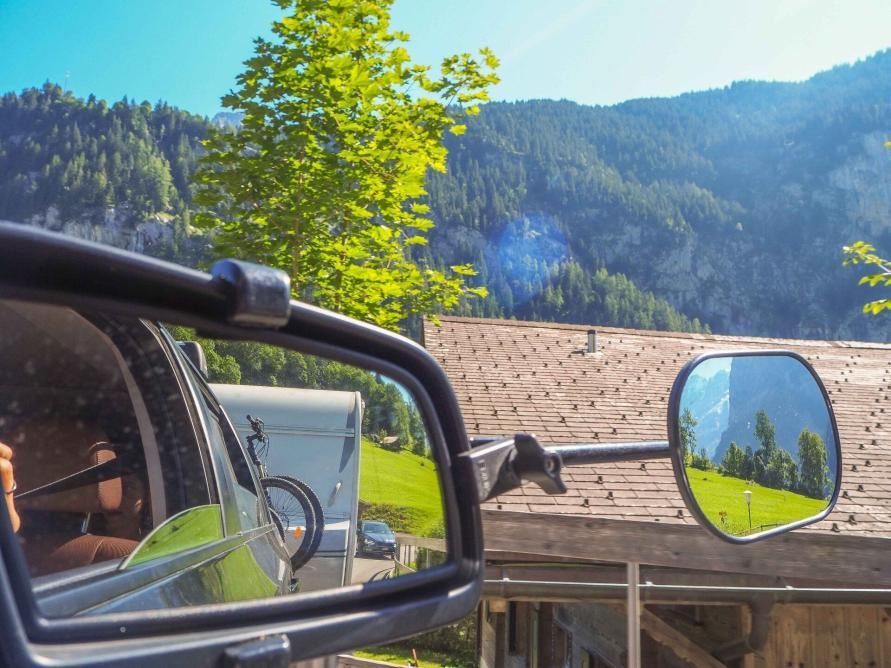 Blick in die Wohnwagen Rückspiegel bei der Abfahrt vom Campingplatz in Lauterbrunnen