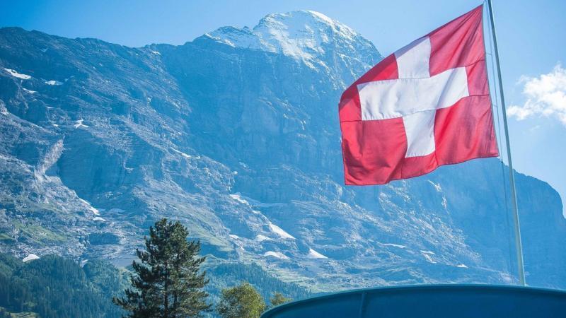 Schweizer Flagge vor der Eiger Norwand im Sommer