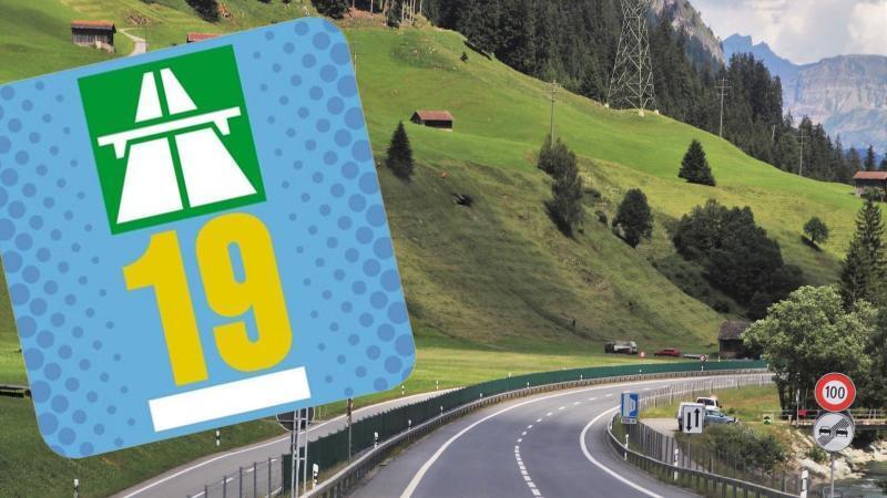 Autbahn Vignette 2019 für die Schweizer Autobahnen mit Bergen und Autobahn im Hintergrund