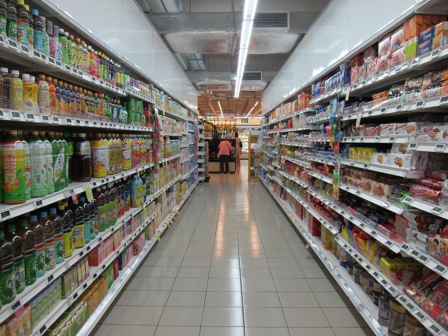 Einkaufsregale im Schweizer Supermarkt