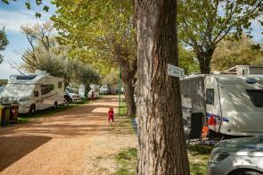 Gardasee Stellplatz direkt am See mit Wohnmobilen und Wohnwagen