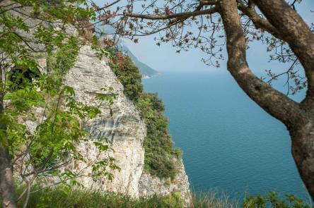 Gardasee Blick von einem Parkplatz an der West Küste auf eine Felswand und den See