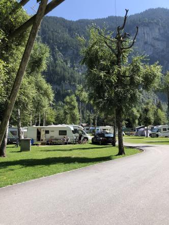 Wohnwagen Stellplatz auf einem Campingplatz in den Schweizer Bergen
