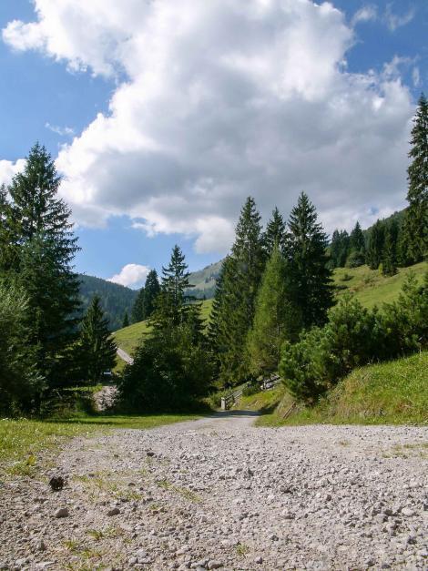 Schotterweg im Sonnenschein in den Bergen - Last Minute Camping Empfehlung Herbsturlaub