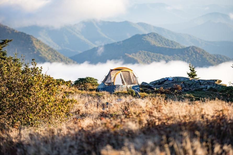 Berglandschaft mit Sonne und blauem Himmel in den bayrischen Alpen mit Zelt