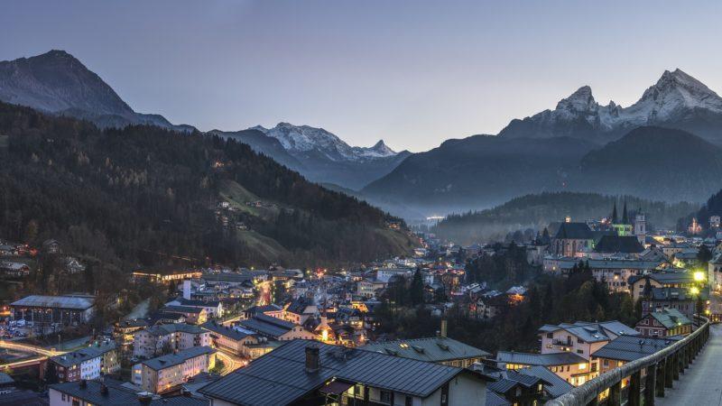 verschneite Berglandschaft in Östereich bei Abenddämmerung Wohnwagen Camping