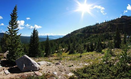 Berglandschaft mit Sonne und blauem Himmel in den bayrischen Alpen