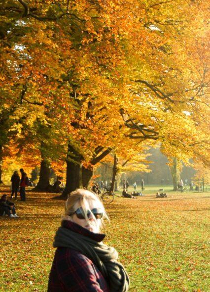 Herbst Bild Steffi vor einem Baum mit Herbst Laub