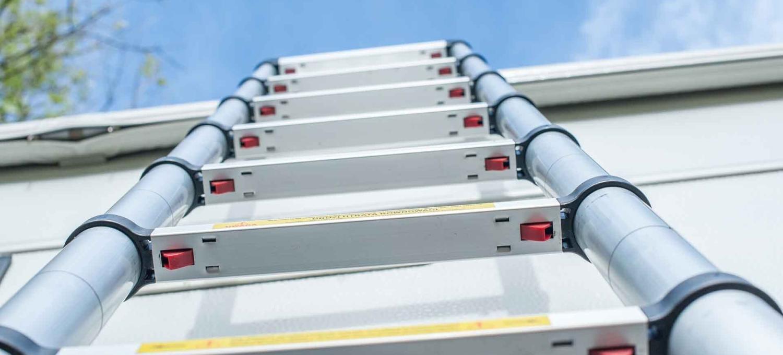 Wohnwagen Dach besteigen reinigen mit Teleskopleiter Leiter Ausziehleiter mobile Leiter