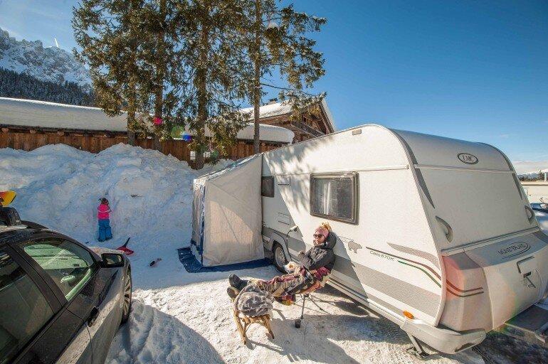 Winter Urlaub Stellplatz in Südtirol mit Schnee und Wohnwagen