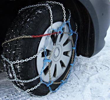 Wintercamping Tipps Schneeketten Gespann fahren Winter Schnee Eis Autobahn Strassen