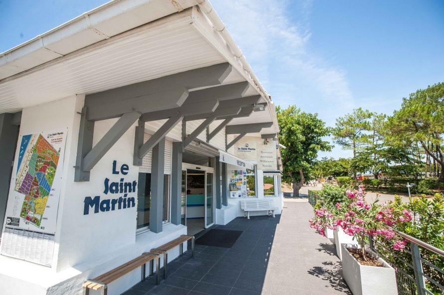 Surfen und Camping Campingplatz Wohnwagen Zelten Le Saint Martin Atlantik Baden Dünen Surfkurs Sommer Strand Urlaub Stellplatz Le Saint Martin Rezeption