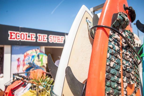 Surfen und Camping Campingplatz Wohnwagen Zelten Le Saint Martin Atlantik Baden Dünen Surfkurs Sommer Strand Urlaub Stellplatz Surfschule Surfkurs Anmeldung
