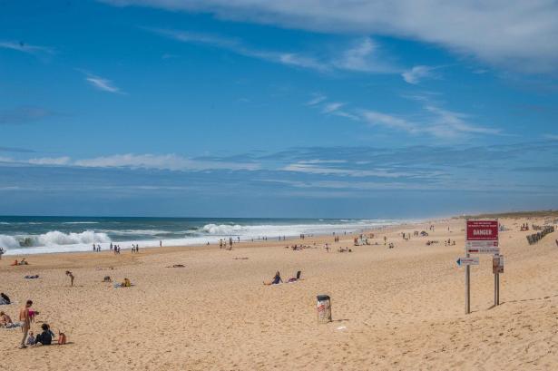 Surfen und Camping Campingplatz Wohnwagen Zelten Le Saint Martin Atlantik Baden Dünen Surfkurs Sommer Strand Urlaub Stellplatz Shorebreak Wellen Pipe