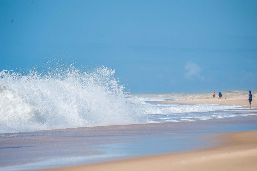 Surfen und Camping Campingplatz Wohnwagen Zelten Le Saint Martin Atlantik Baden Dünen Surfkurs Sommer Strand Urlaub Stellplatz Wellen Dünung Curl