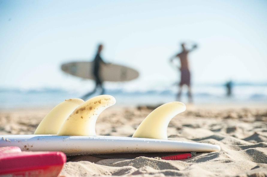 Surfen und Camping Campingplatz Wohnwagen Zelten Le Saint Martin Atlantik Baden Dünen Surfkurs Sommer Strand Urlaub Stellplatz Surfbrett Surfkurs Surfboard