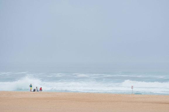 großer Wellen treffen auf den Strand