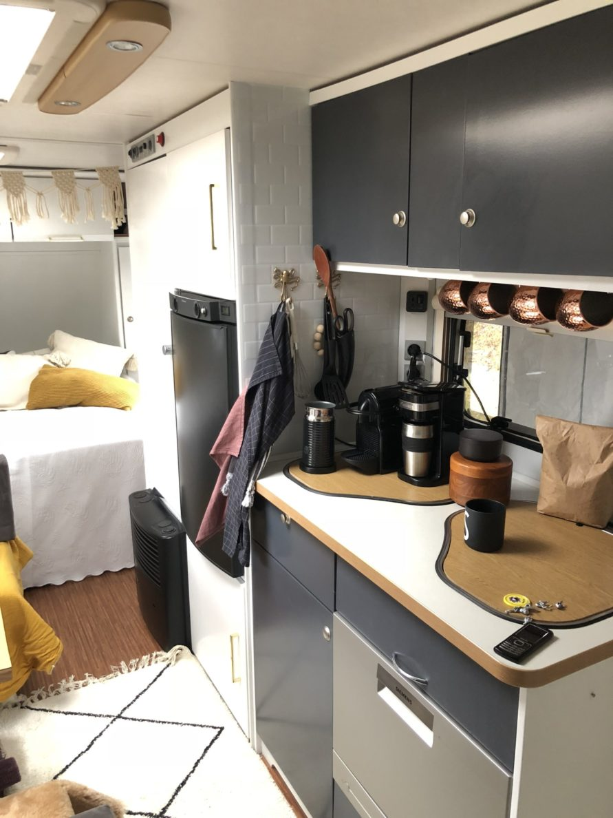 Wohnwagen renovieren streichen Folieren Makeover zwei Komponenten farbe mysmallhouse.de Camping Glamping Boho Dekoration Interieur
