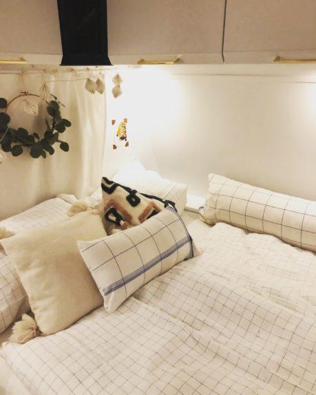 Renovierung Streichen und Wohnwagen weiße Farbe Streichen Boho Bett Dekoration Camping Glamping mysmallhouse.de