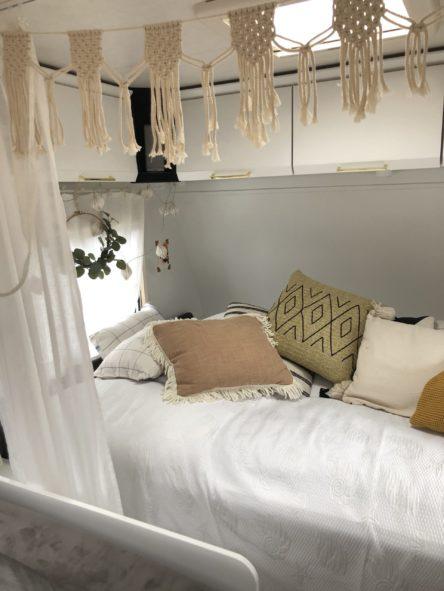 Www.mysmallhouse.de selbstgemachte Boho Makramee Girlande im Wohnwagen