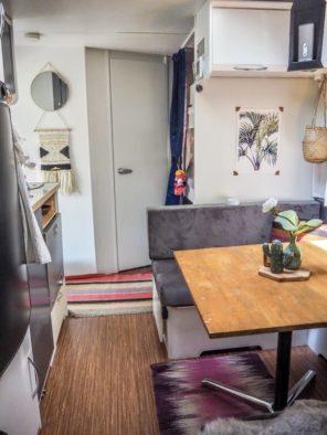 Wohnwagen Innenraum Ansicht Sitzecke, Kinderbetten und Badezimmer weiß gestrichen und eingerichtet