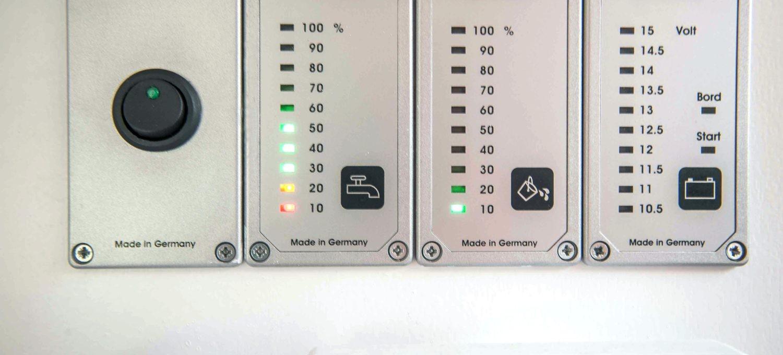Camping Wohnwagen Füllstandsanzeigen Frischwassertankanzeige Abwassertankanzeige Fäkalientankanzeige Batterieanzeige slber eibauen nachrüsten Tipps Einbauanleitung MYSMALLHOUSE.de