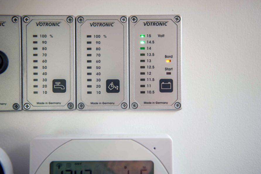 Camping Wohnwagen Füllstandsanzeigen Batterie Volt selber einbauen nachrüsten Tipps Einbauanleitung Panel - Votronic Füllstandsanzeigen für Frischwasser Abwasser und Batterie MYSMALLHOUSE.de