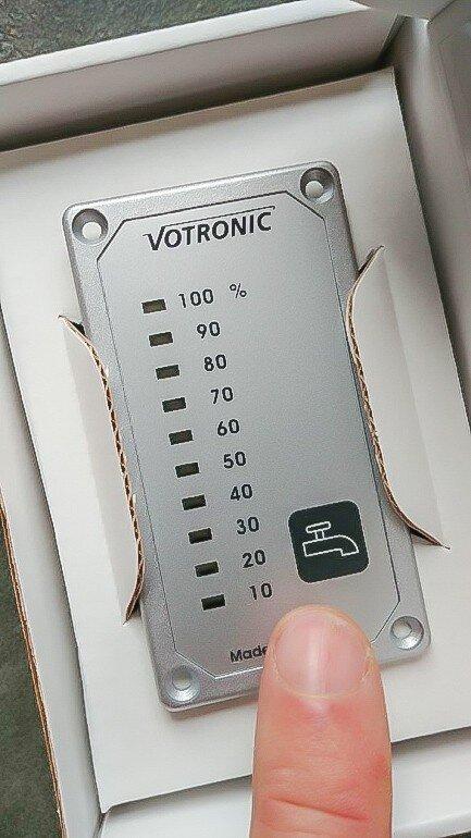 Camping Wohnwagen Füllstandsanzeigen Frischwassertankanzeige selber einbauen nachrüsten Tipps Einbauanleitung - Votronic Panel in Verkaufsverpackung Vorderseite Panel MYSMALLHOUSE.de