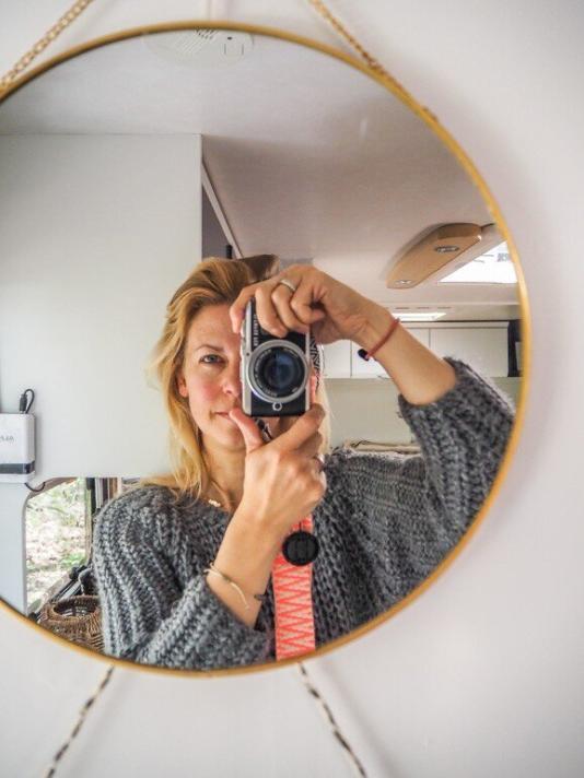 Selfie von der Blogbetreiberin Steffi mit Kamera in einem Spiegel fotografiert