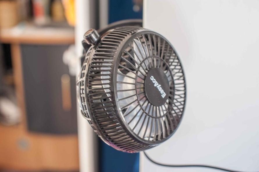 Wohnwagen Sommer Hitze Temperatur senken Lüfter Klimaanlage nachrüsten nachts schlafen Wohlfühlklima Clip Halterung MYSMALLHOUSE.de