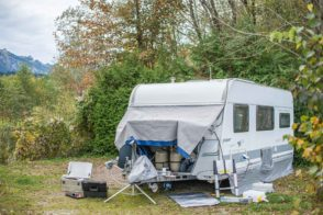 Bugschutzplane Hindermann Wohnwagen nachrüsten Isolierung Einfrieren Gaskasten Abdeckung Kederschiene aufkleben