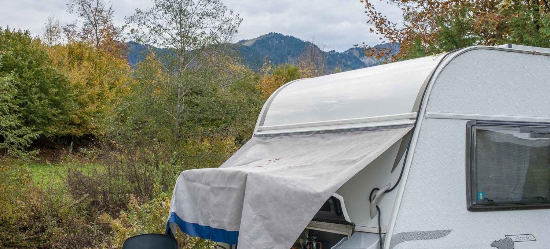 MYSMALLHOUSE.de Bugschutzplane Hindermann Wohnwagen nachrüsten Isolierung Einfrieren Gaskasten Abdeckung Kederschiene aufkleben