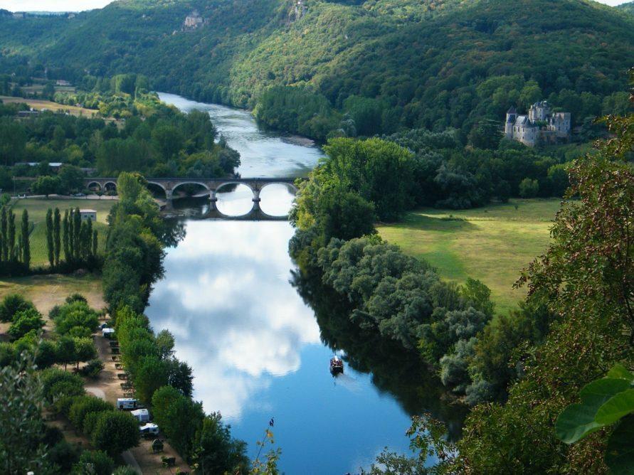 Campingplatz Tipp auf dem Weg nach Frankreich zum Atlantik für eine Zwischenübernachtung Dordogne Landschaft